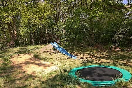Trampoline en glijbaan op eigen erf