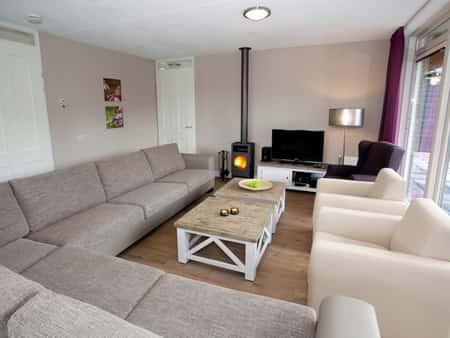 Landal Aelderholt, 24-persoons groepsaccommodatie met 12 slaapkamers (24EL) grote zithoek